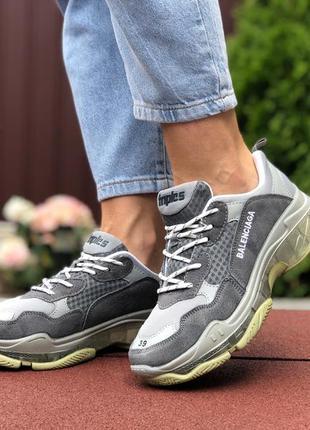 Крутые женские кроссовки balenciaga triple s серые