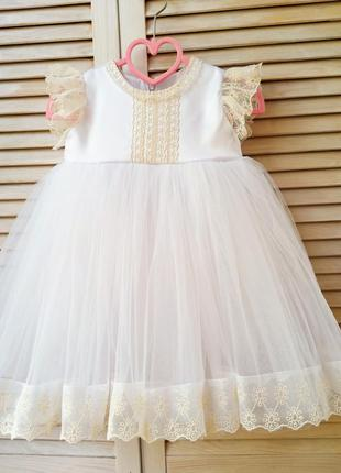 Нарядное белое платье с нежным кружевом