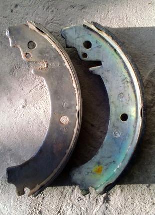 Колодки ВАЗ тормозные задние за 2 шт. Одна новая, одна б/у.