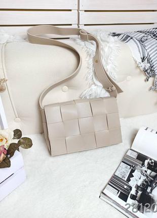 Плетеная сумочка бежевого цвета