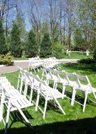 Аренда белых деревянных стульев для выездной церемонии Днепр