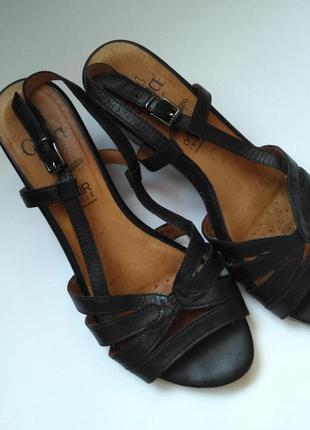 Удобные кожаные босоножки сандали на каблучке