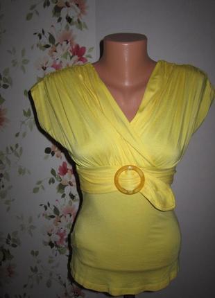 Яркая желтая блуза с драпировкой