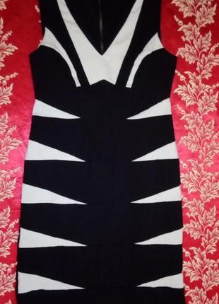 Оригинальное приталенное черное платье со светло-серыми вставками