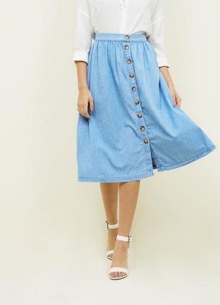 Легкая джинсовая юбка миди на пуговицах расклешенная свободная