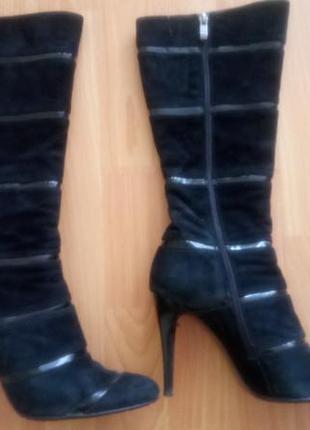 Замшевые сапоги с вставками из лакированной кожи