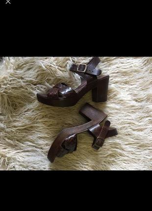 Удобные кожаные босоножки на толстом каблуке