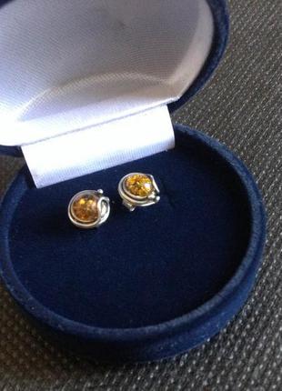 Серебряные серьги-пусеты с янтарем