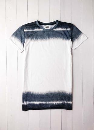 Крутая удлиненная белая мужская футболка с интересным принтом....