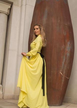 Красивое стильное шикарное желтое платье с поясом