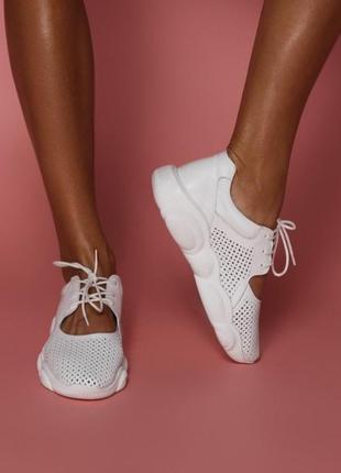 Натуральные кожаные кроссовки с перфорацией белые