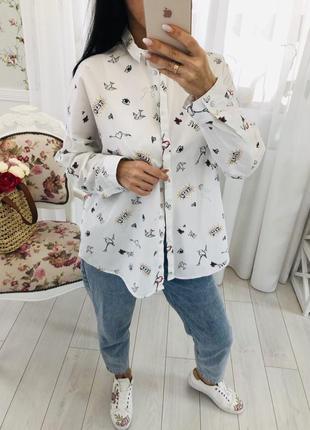 Белая рубашка в стильный принт кроя широкий оверсайз разлетайка