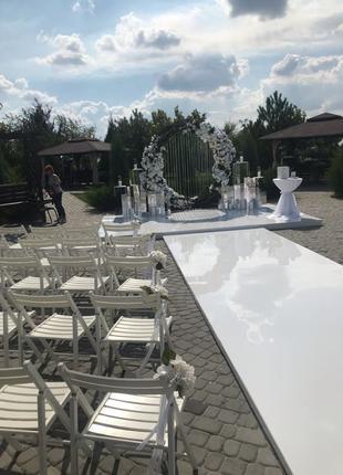 Аренда белых стульев Sven для выездных свадебных церемоний