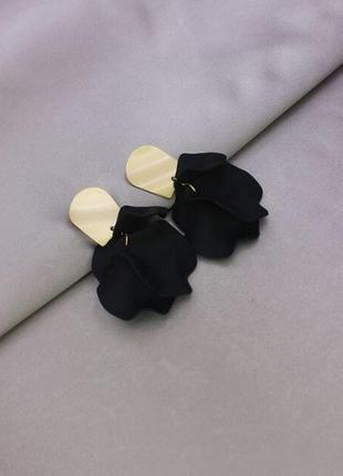Шикарные длинные серьги лепестки черного цвета