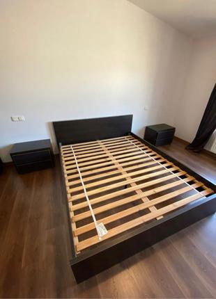 Кровать   тумбочки   Двуспальная кровать и две тумбочки