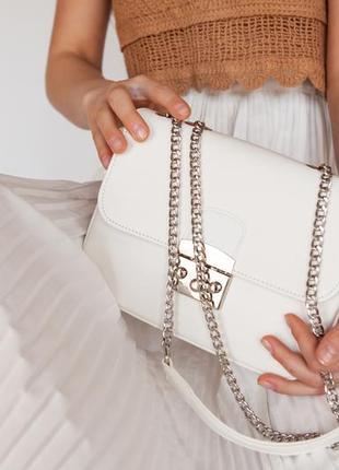 Белая сумка клатч на цепочке
