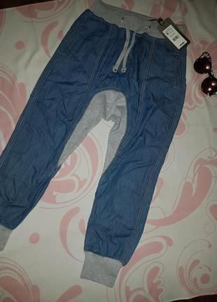 Тонкие свободные джинсы