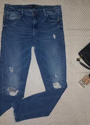 Стильные джинсы скинни с разрывами-потертостями