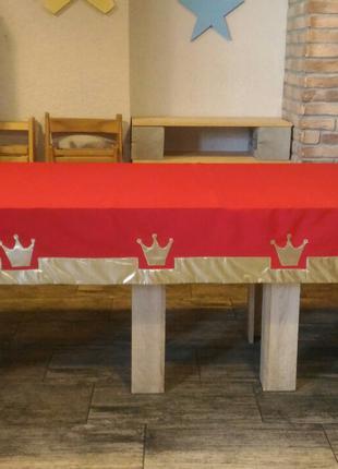 Скатерть на стол красная с золотыми коронами