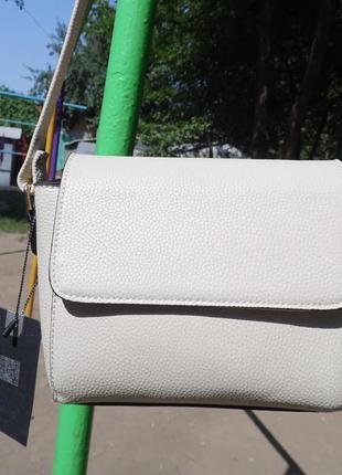 Стильная сумочка молочного цвета
