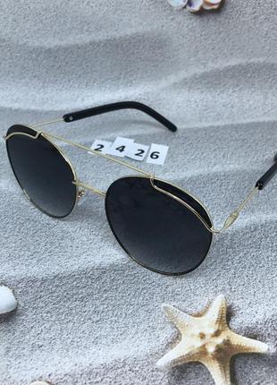 Трендовые солнцезащитные очки черные с золотой оправой  к. 2426