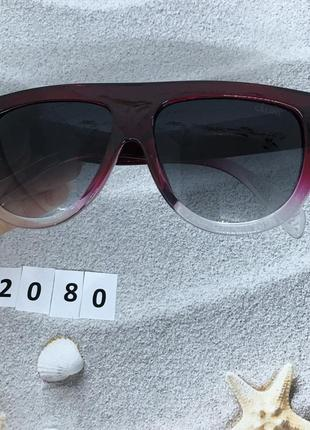 Солнцезащитные очки с черными линзами в бордово-белой оправе к...