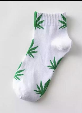 Белые носки с листьями конопли