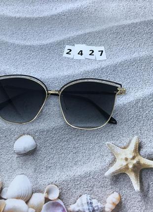 Трендовые солнцезащитные очки черные в золотой оправе к. 2427