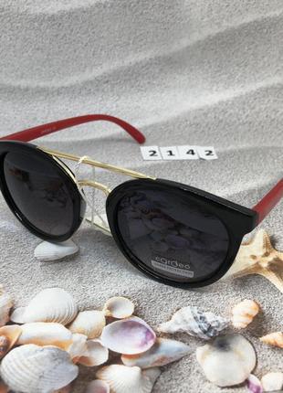 Солнцезащитные очки с черными линзами и красными дужками  к. 2142