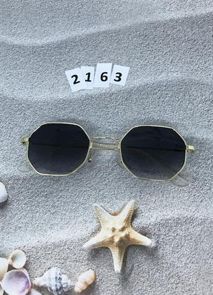 Стильные солнцезащитные очки с черными линзами к.2163