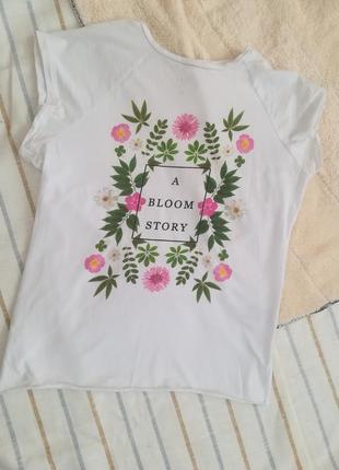 Белая футболка с цветочным принтом