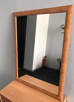 Дзеркало в обрамленні