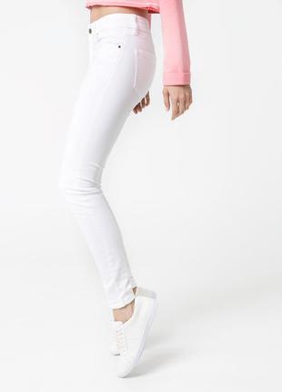 Белые джинсы скинни mango