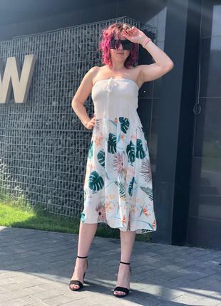Белое платье спринтом пальмовых зелёных листьев
