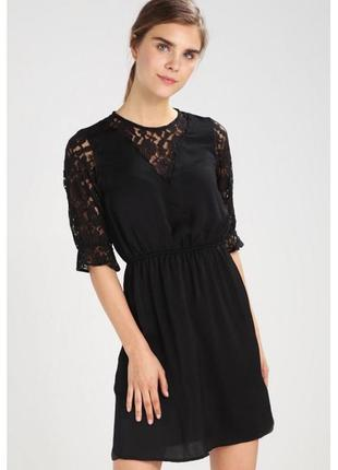 Черное платье с кружевными рукавами и вставкой на декольте тал...
