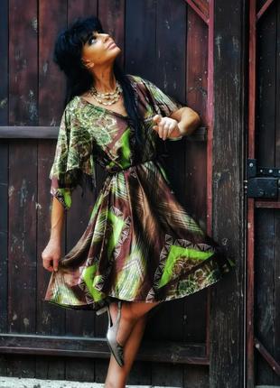 Атласное платье с поясом асимметричное zay в принт узор