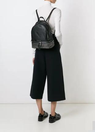 Качественный рюкзак с заклепками в стиле michael kors, как новый