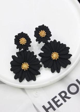 Нежные серьги цветы черного цвета