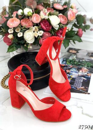 Удобные красные босоножки на каблуке