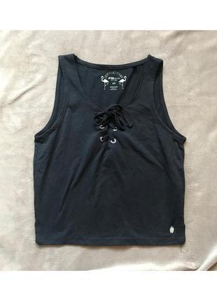 Чёрная футболка, кроп топ с вырезом