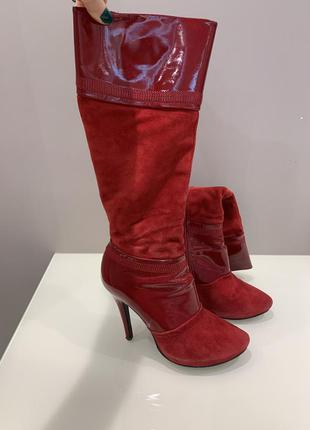 Красные замшевые сапоги
