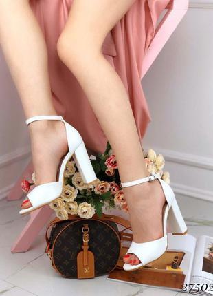 ❤ женские белые  босоножки на каблуке  ❤