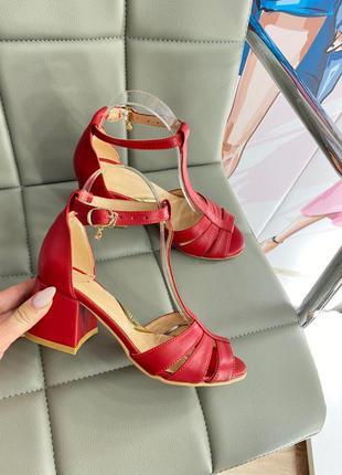 Кожаные босоножки на удобном каблуке