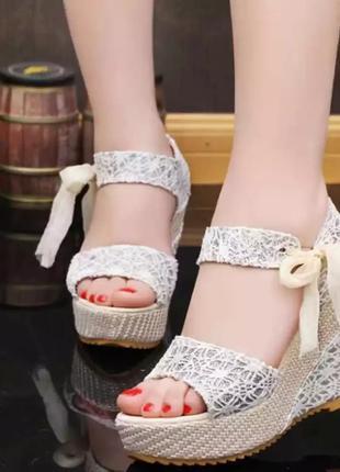 Летние модные сандалии босоножки на танкетке
