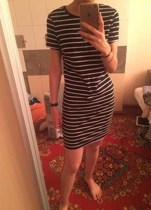 Черное платье в белую полосу