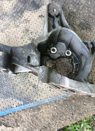 Б/у кронштейн генератора 7700113574 Renault Megane, Kangoo,