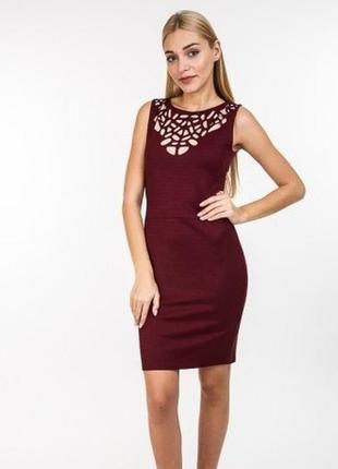 Лаконичное приталенное платье сукня без рукавов с декором на д...