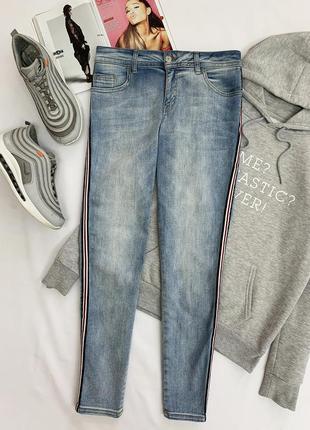 Стильные джинсы с лампасами