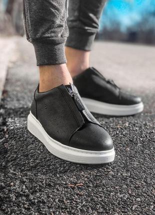 Стильные мужские кроссовки на белой подошве