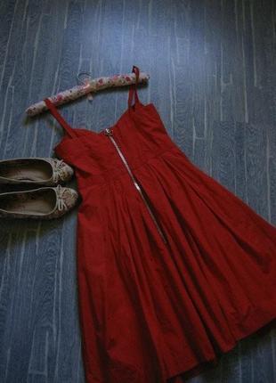 Красное летнее платье-миди из натуральной ткани и очень пышной...